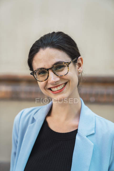 Portrait of young businesswoman wearing glasses — Stock Photo