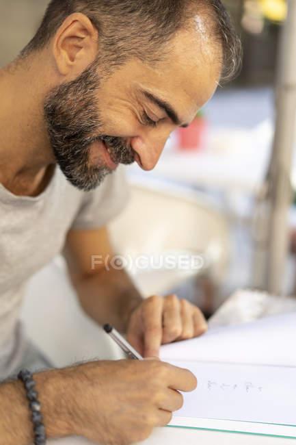 Homem assinando um livro — Fotografia de Stock