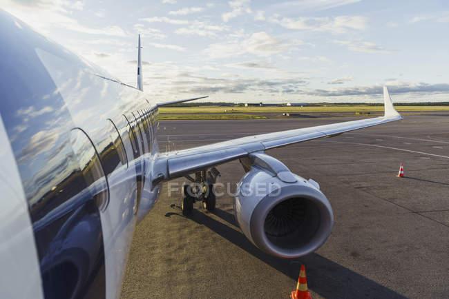 Ala de um avião em pé na pista — Fotografia de Stock