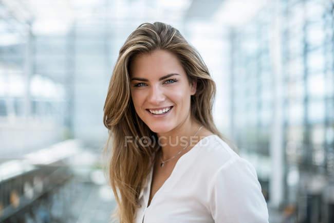 Retrato de jovem mulher feliz — Fotografia de Stock