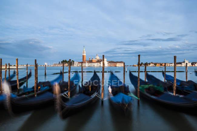 Itália, Veneza, Gôndolas em San Giorgio Maggiore à noite — Fotografia de Stock