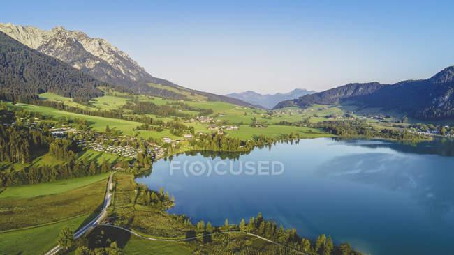 Austria, Tirolo, Kaiserwinkl, Veduta aerea del lago Walchsee — Foto stock
