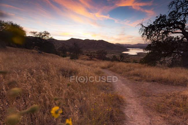 США, Калифорния, озеро Кауа вечером с закатным небом — стоковое фото