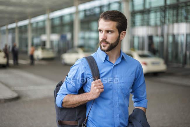 Молодой бизнесмен с рюкзаком на ходу — стоковое фото