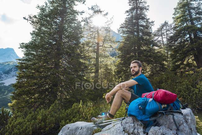 Austria, Tirolo, Escursionista in pausa, seduto sulla roccia — Foto stock