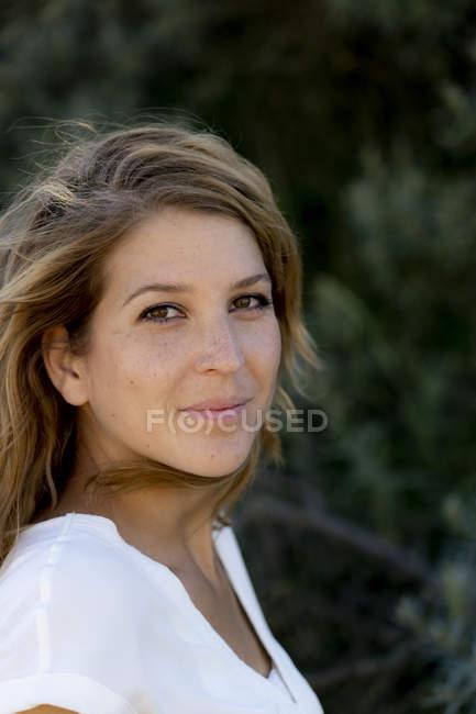 Porträt einer lächelnden attraktiven Frau im Sommer — Stockfoto