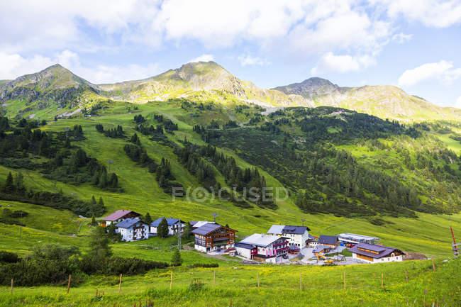 Австрия, федеральная земля, город Остерн летом — стоковое фото