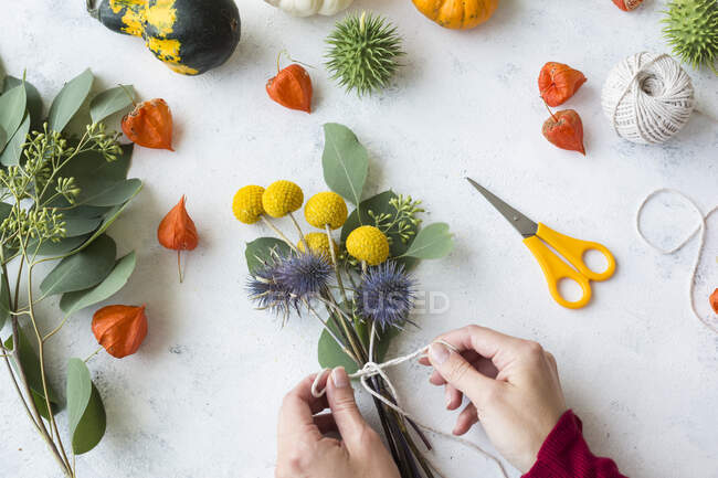 Herbstliche Dekoration, Zierkürbisse, handgebundene Blumensträuße — Stockfoto