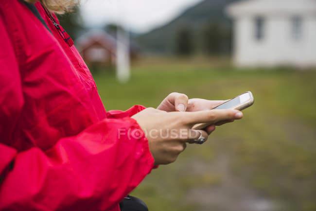 Крупний план жінки за допомогою стільникового телефону — стокове фото