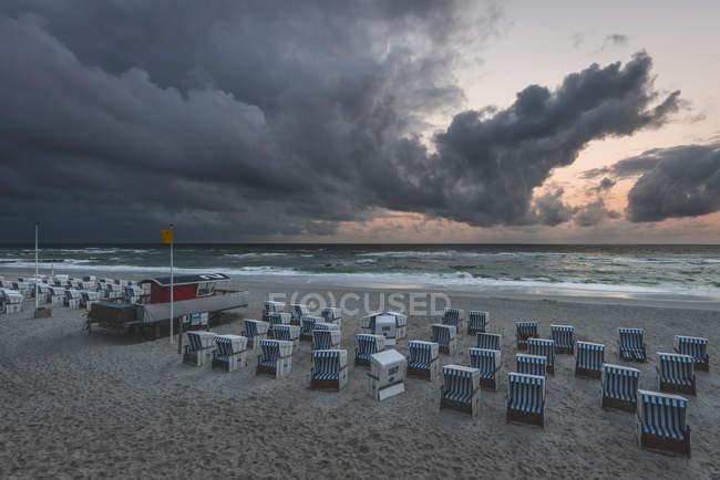 Alemanha, Schleswig-Holstein, Sylt, Kampen, nuvens de chuva acima da praia — Fotografia de Stock