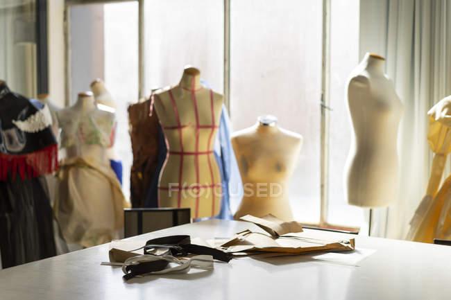 Modelos de costureira no estúdio do designer de moda — Fotografia de Stock