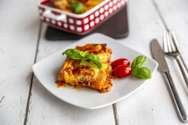 Lasagne bolognaise végétarienne au basilic et tomates — Photo de stock