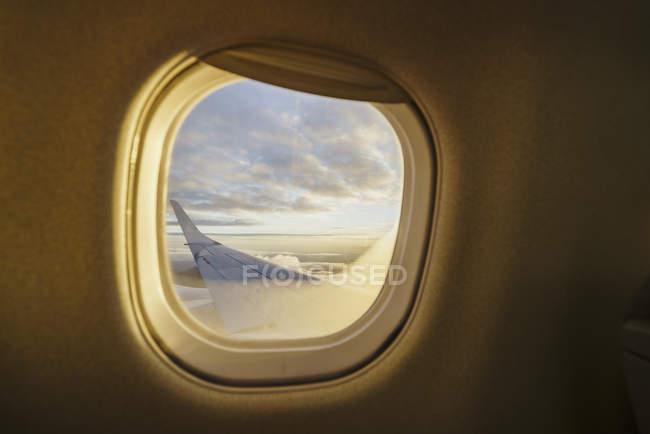 Vista da janela na asa de um avião — Fotografia de Stock