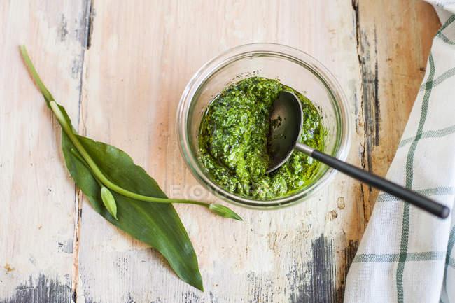 Веганский песто из рамсона, миндаля, оливкового масла — стоковое фото