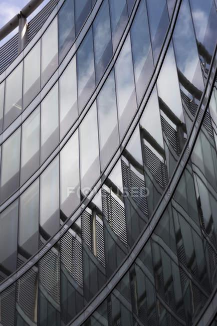 Polonia, Varsovia, parte de la fachada del moderno edificio de oficinas - foto de stock