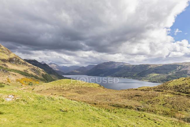 Royaume-Uni, Écosse, Dornie, vue sur Loch Duich — Photo de stock