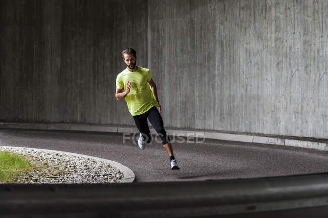 Чоловік працює на вулиці в кривій — стокове фото