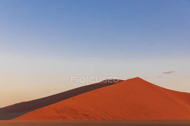 Африка, Намибия, пустыня Намиб, Национальный парк Науклуфт, раскаленные песчаные дюны в послесвечении — стоковое фото