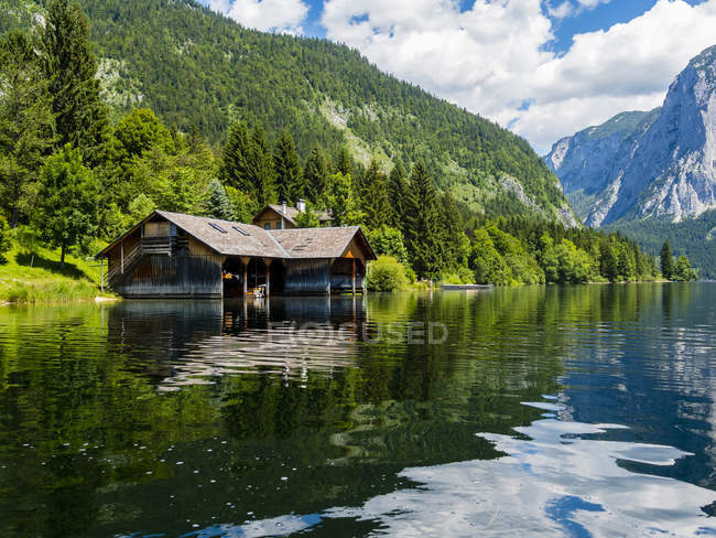 Austria, Styria, Altaussee, boathouse at Altausseer See - foto de stock