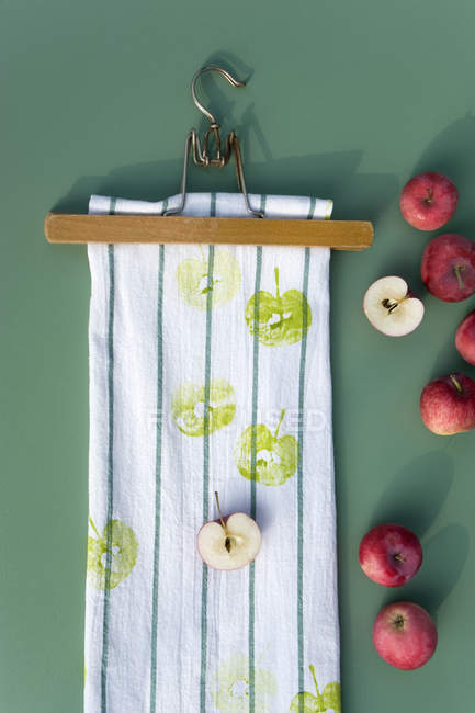 Textile printing on kitchen towel with apple halves — Stock Photo