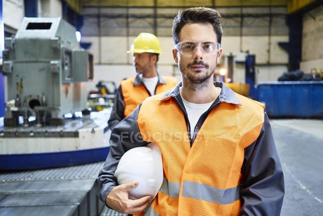 Портрет серйозного чоловіка носіння захисного одягу в заводських умовах — стокове фото