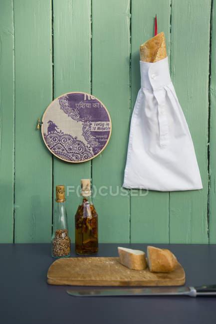 Upcycling рукав старой белой рубашке, как мешок для багета — стоковое фото