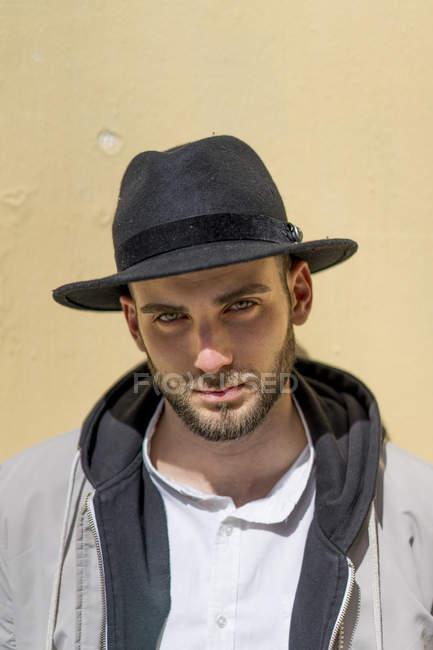 Портрет бородатого мужчины в черной шляпе — стоковое фото