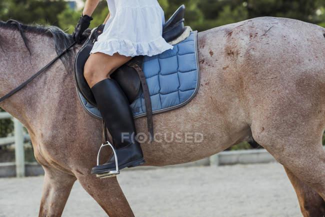 Крупный план женщины верхом на лошади на открытом воздухе — стоковое фото