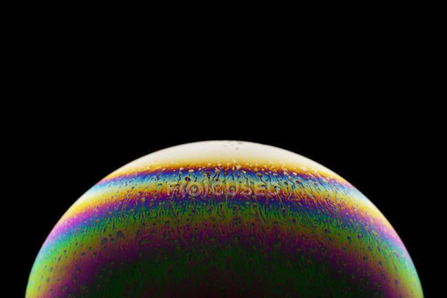 Superficie luccicante di una bolla di sapone, primo piano — Foto stock