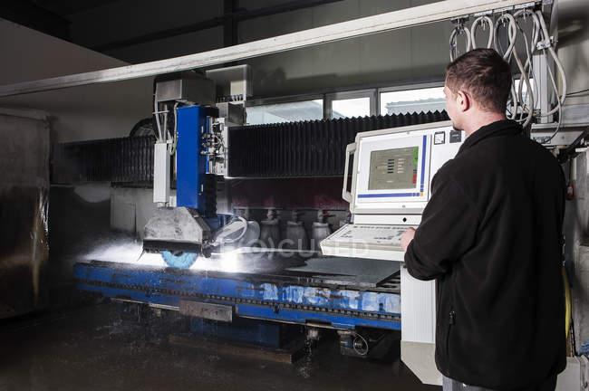 Pedreiro trabalhando com máquina CNC em sua oficina — Fotografia de Stock