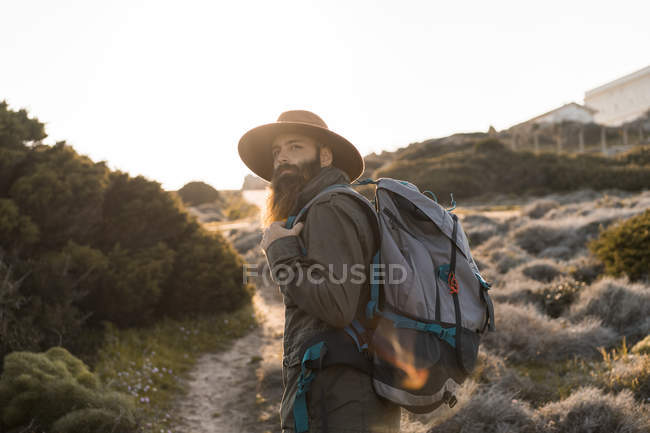 Italia, Cerdeña, retrato de excursionista barbudo con sombrero y mochila - foto de stock