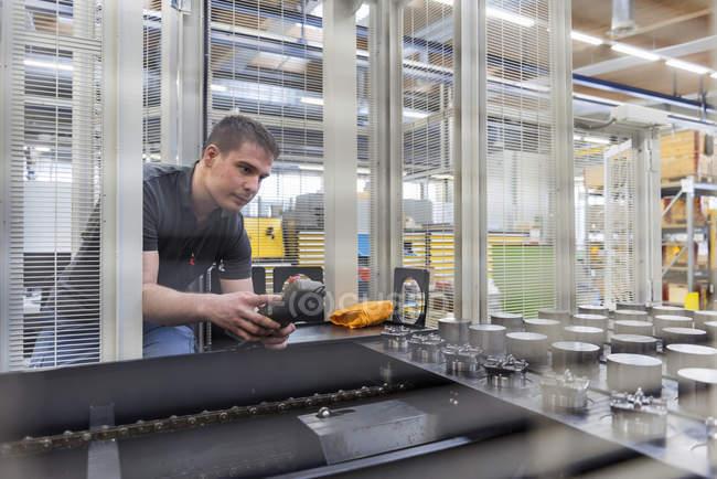 Людина операційні машина заводі — стокове фото