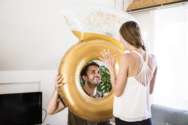 Ласкавий пара переглядаючи великі надувні кільця — стокове фото