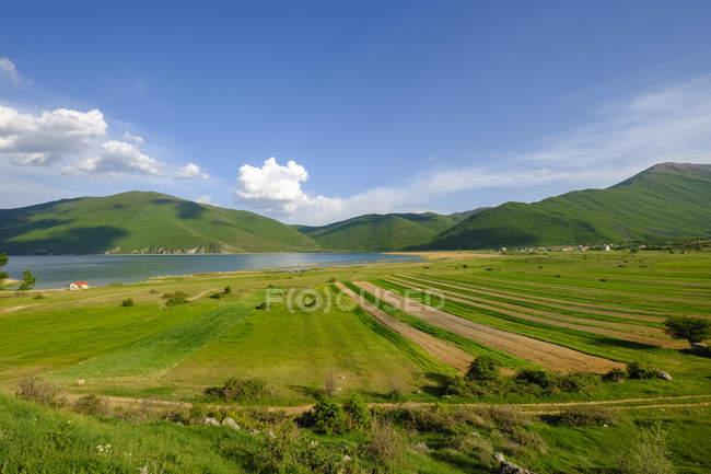 Albania, Parque Nacional Prespa, Lago Prespa, Pueblo Zaroshka - foto de stock