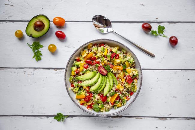 Tigela de salada de bulgur com pimentão, tomate, abacate, cebolinha e salsa — Fotografia de Stock