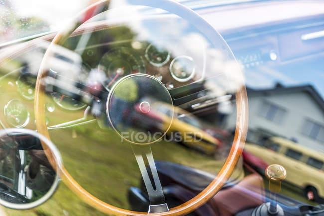 Volante y tablero de instrumentos de un coche de época - foto de stock