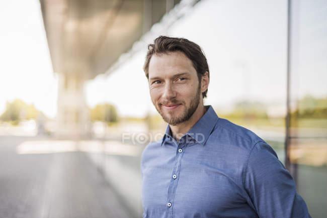 Retrato de homem de negócios sorridente ao ar livre — Fotografia de Stock
