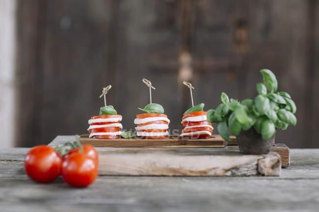 Капрезе салат на дерев'яній дошці — стокове фото