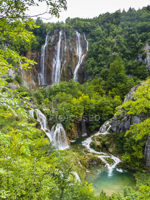 Croacia, Lika-Senj, Osredak, Parque Nacional de los Lagos de Plitvice, cascada - foto de stock