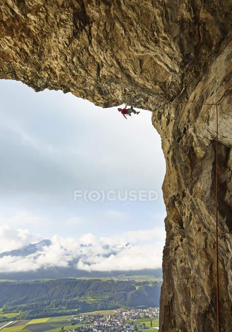 Austria, Innsbruck, Martinswand, homem escalando na gruta — Fotografia de Stock
