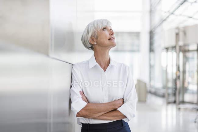 Ritratto di donna d'affari anziana alzando lo sguardo — Foto stock