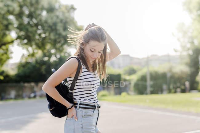 Retrato de jovem sorridente com mochila ao ar livre no verão — Fotografia de Stock