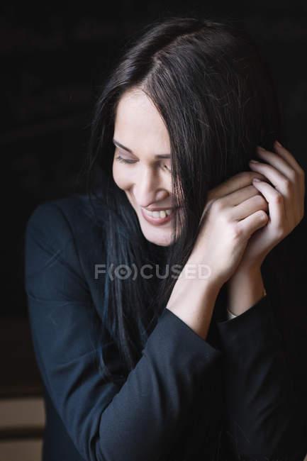 Портрет улыбающейся длинноволосой молодой женщины — стоковое фото