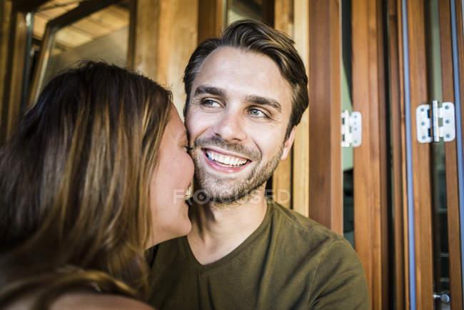 Großaufnahme eines glücklichen Paares, das auf dem Balkon lacht — Stockfoto
