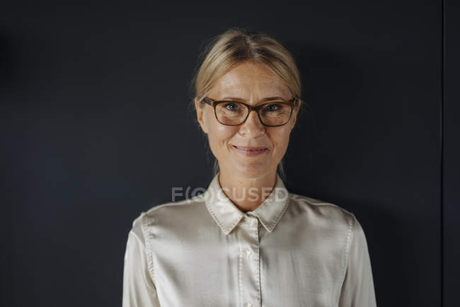Portrait de femme d'affaires souriante — Photo de stock