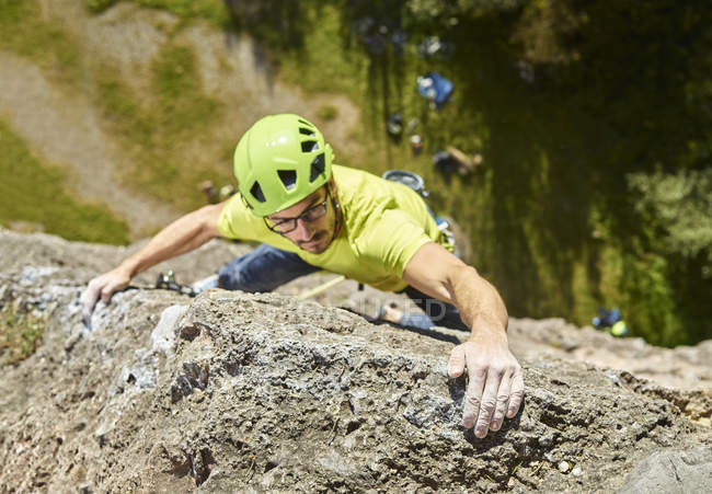 Austria, Innsbruck, Hoettingen quarry, man climbing in rock wall — Stock Photo
