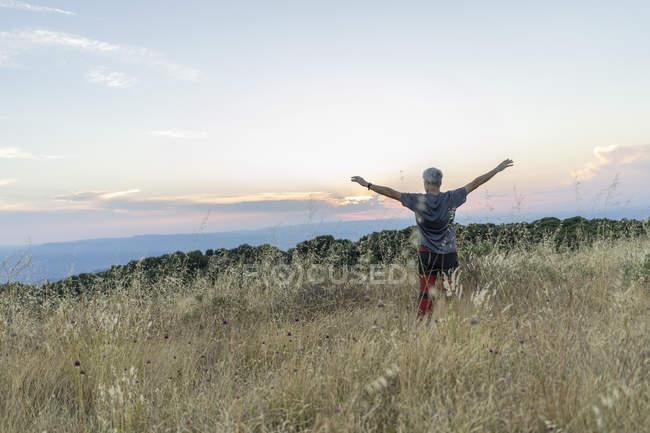 Espagne, Catalogne, Homme debout à Montserrat au coucher du soleil — Photo de stock
