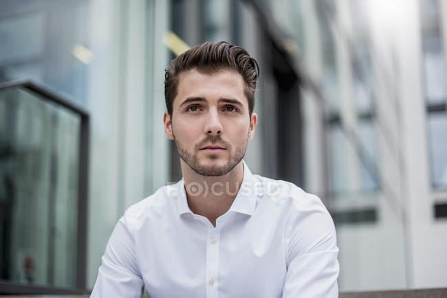 Retrato de jovem empresário na cidade — Fotografia de Stock