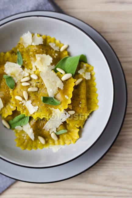 Равіолі вегетаріанець з шавлії листя, кедрового горіха і сиру Грана — стокове фото