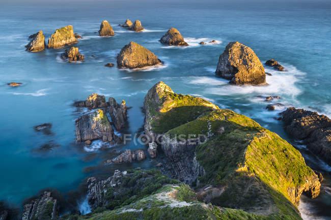 Нова Зеландія, Південний острів, Південний мальовничий маршрут, Катуліни, захід сонця в самородок точки — стокове фото